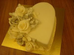 Kalp gümüş güllü pasta